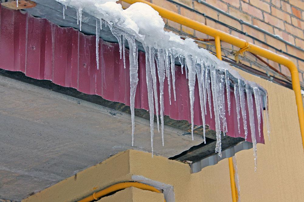 Мэрия Уфы просит горожан обходить дома, где возможен сход снега с крыш