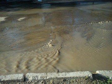 В Уфе водой из лопнувшей трубы затопило целый двор