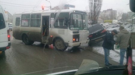 ВУфе автобус спассажирами протаранил иномарку