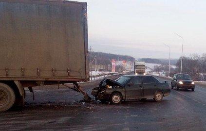 Шофёр грузового автомобиля устроил ДТП вБашкирии: пострадала пассажирка «ВАЗа»