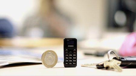 Меньше пальца и легче монеты представлен самый крошечный телефон в мире