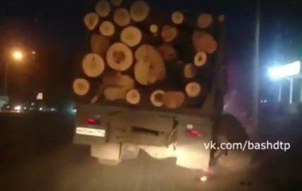 ВУфе у грузового автомобиля сбрёвнами отвалилось колесо