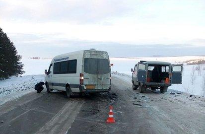 ВБашкирии строго столкнулись пассажирский микроавтобус иВАЗ
