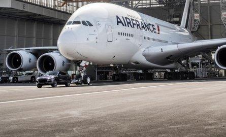 Обычный Порш Cayenne отбуксировал 285-тонный самолет Airbus A380