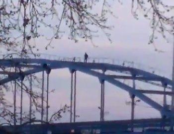 Видео - В Уфе руфер разгуливал по арке моста через реку Белую