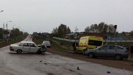Пострадали двое пожилых людей: ВБашкирии шофёр ВАЗ неуступил дорогу Волге