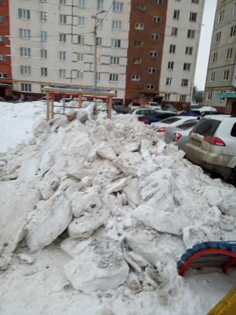 В Уфе коммунальщики свалили глыбы снега на детскую площадку